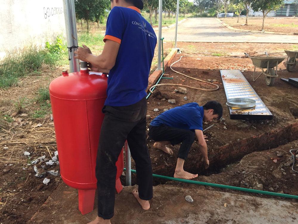 Nhân viên kỹ thuật của Uni Việt lắp đặt đường ống dẫn dầu với bình dầu