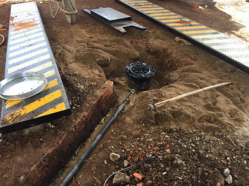 Móng cầu nâng cùng với đường ống dẫn dầu