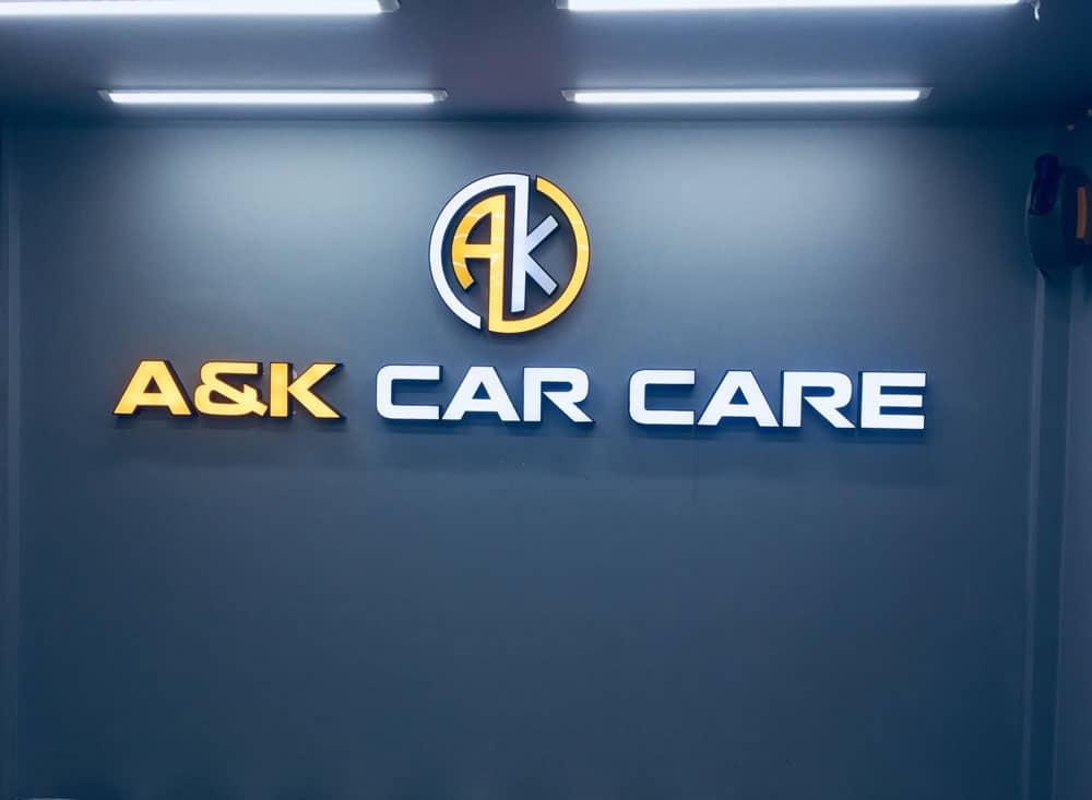 Logo trong trung tâm chăm sóc xe ô tô A & K được thiết kế nổi
