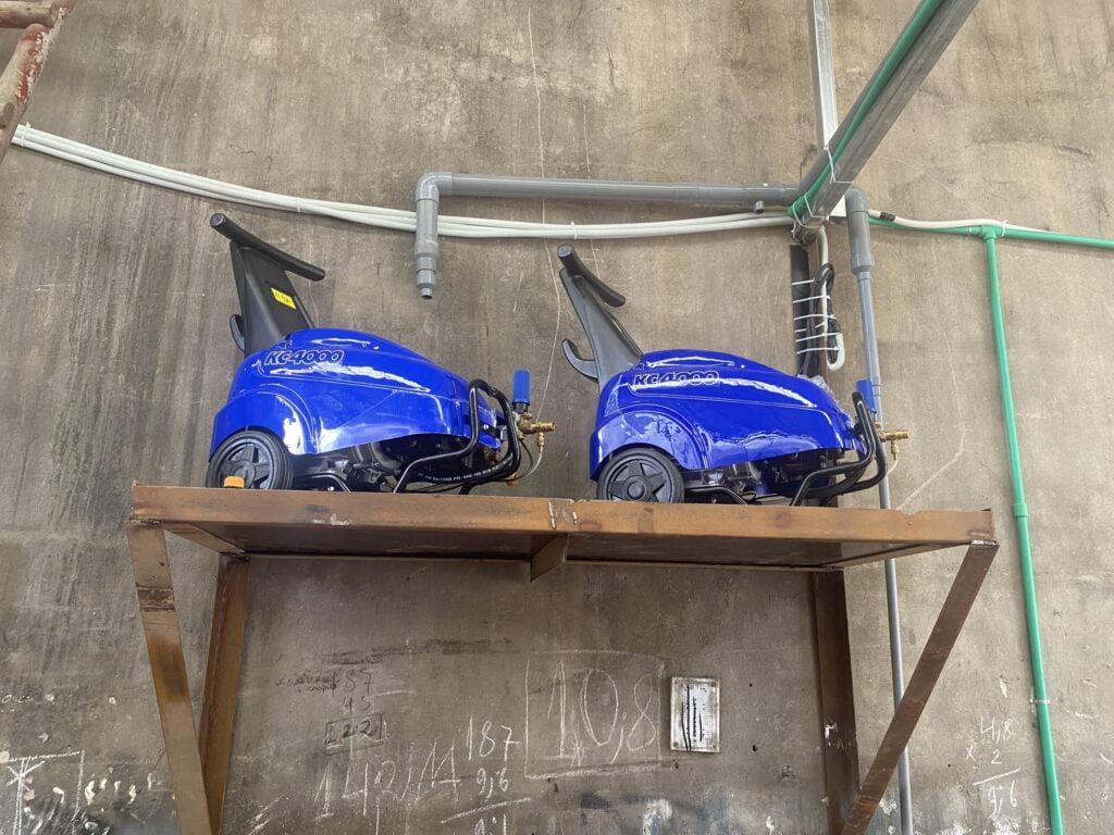 Máy rửa xe Mazzoni được lắp đặt trên giá